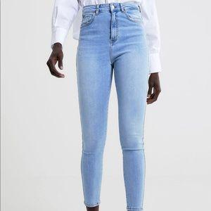 Hi-waisted jeans